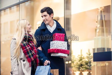 mulher e homem com os presentes