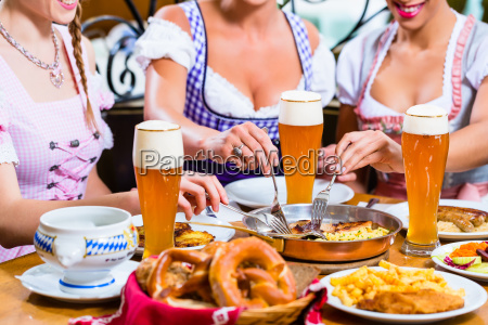mulheres comendo almoco no restaurante bavaro