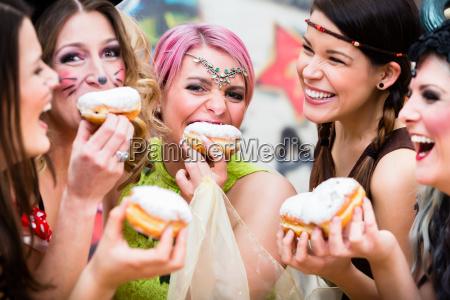 meninas no alemao fasching carnival comendo