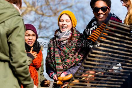 grupo multi ethnic de cinco jovens