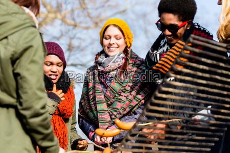 grupo multietnico de cinco jovens se