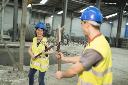 playfighting dos trabalhadores da fabrica com