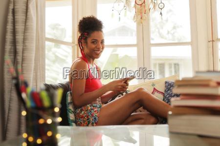 mulher jovem que texting no telefone