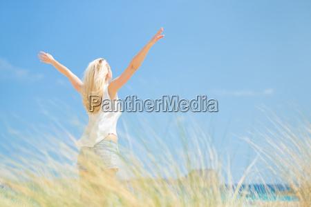 mulher feliz livre que aprecia o