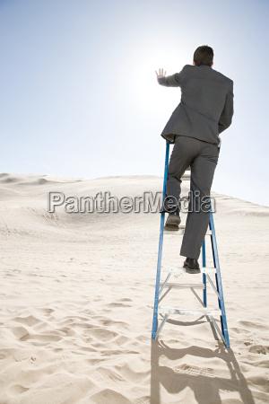 homem escada deserto