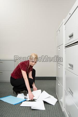 mulher que pegara o papel deixado