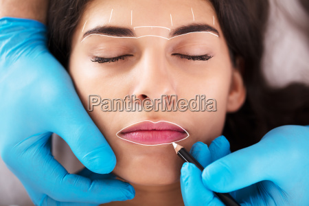cosmetologista aplicando permanente compoem