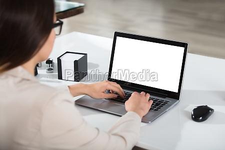empresaria usando laptop na mesa
