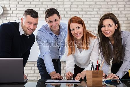 executivos felizes que fazem o trabalho
