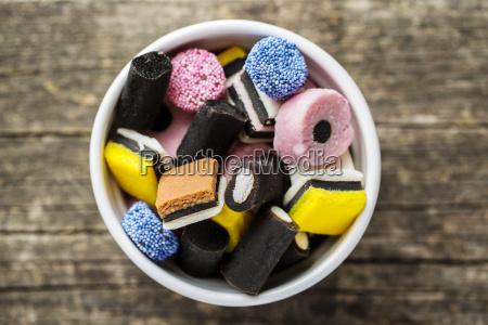 doces misturados do alcacuz na bacia
