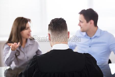 pares que quarreling na frente do