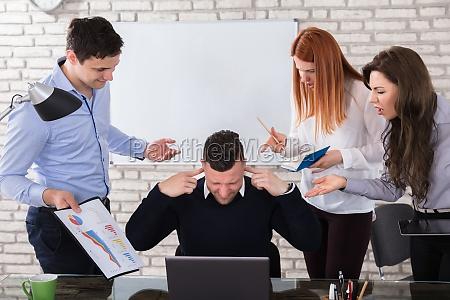 executivos irritados que apontam no colega