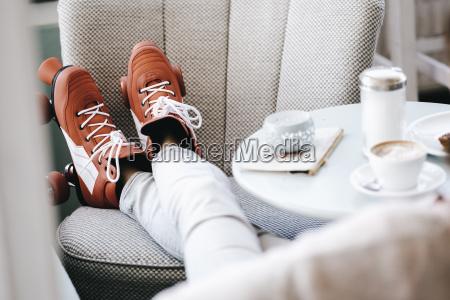 mulher, usando, patins, sentada, em, um - 22933233