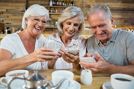 grupo de amigos senior que usam