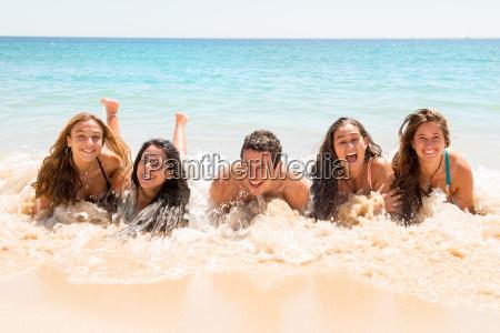 pessoas se divertindo no mar
