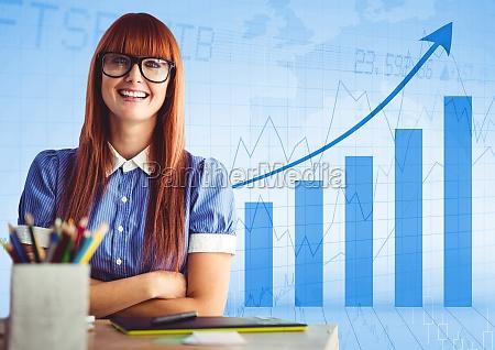 mulher escrivaninha bracos dobrado contra azul