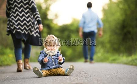 pais partindo pequeno menino ligado caminho