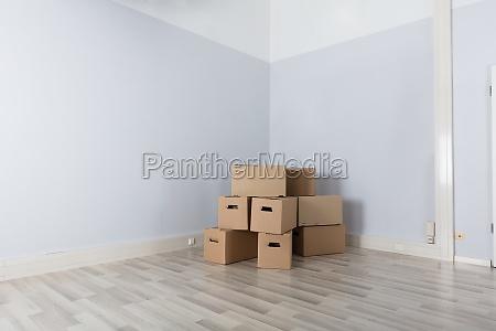 quarto, com, pilha, de, caixas - 23584692