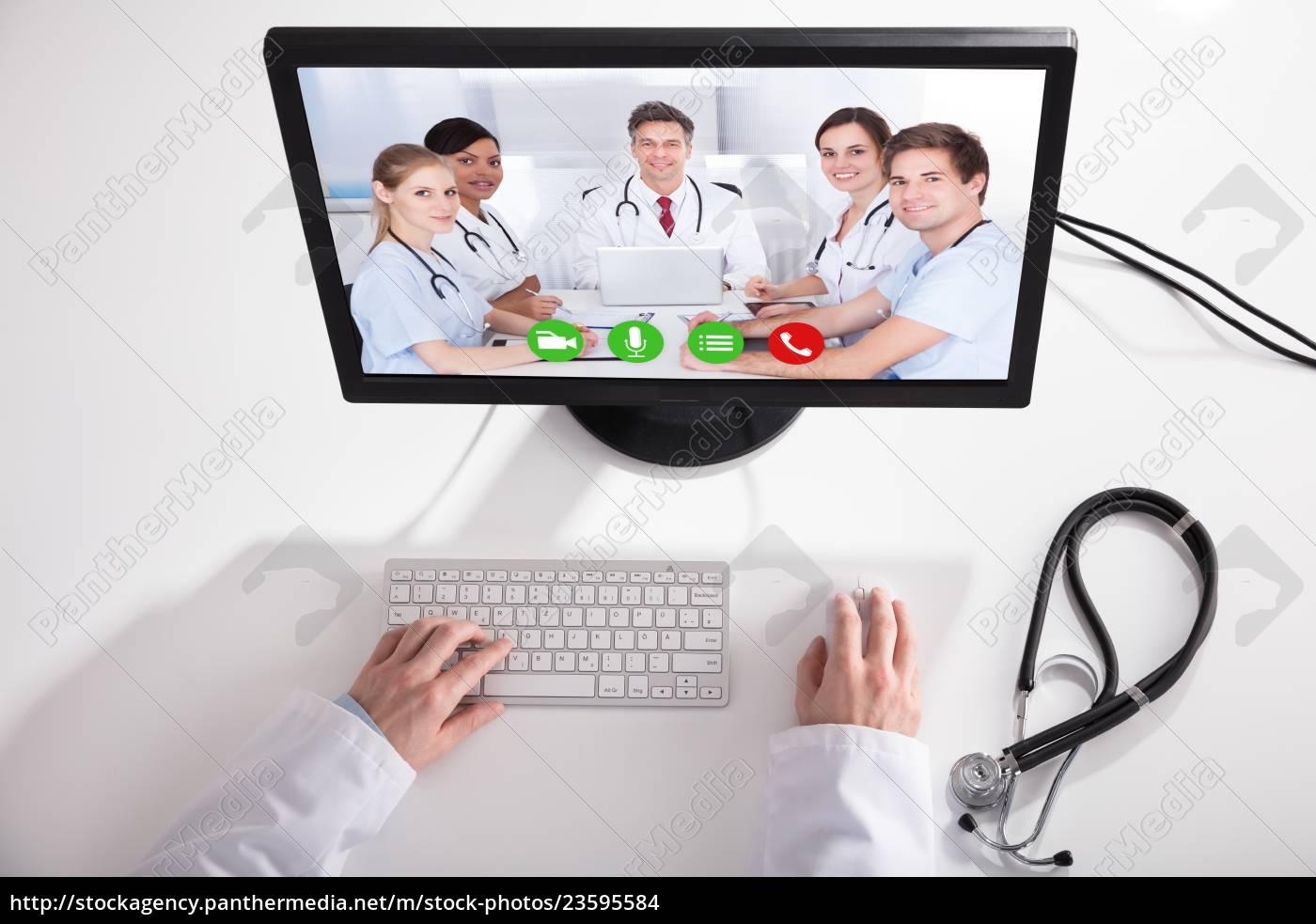 vídeo, médico, conferenciando, com, equipe, médica - 23595584