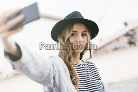 retrato de jovem elegante usando chapeu