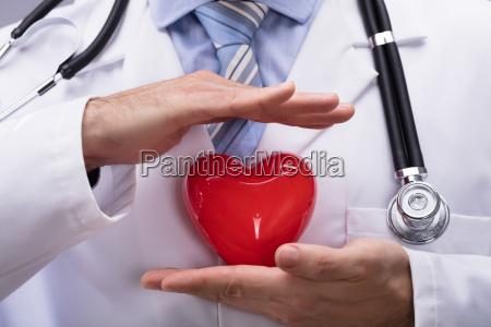 doutor que protege a forma vermelha