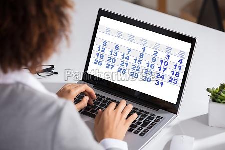 mulher caderno computadores computador ver tela