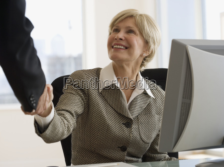 mulher de negocios senior que agita