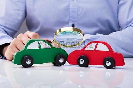 olhando o carro vermelho e verde