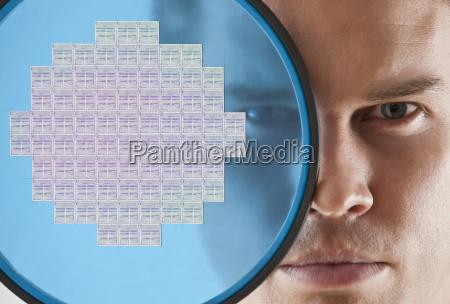 fim, cima, homem, olhar, através, microplaqueta, de, computador - 24070414