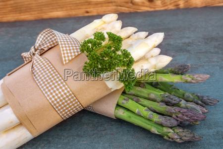 alimento vegetal cru obrigado amarrado espargos