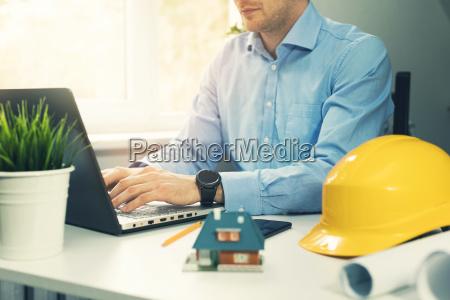 arquiteto construcao engenheiro trabalhando com laptop