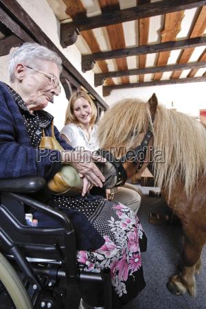 mulher cadeira de rodas pessoas povo