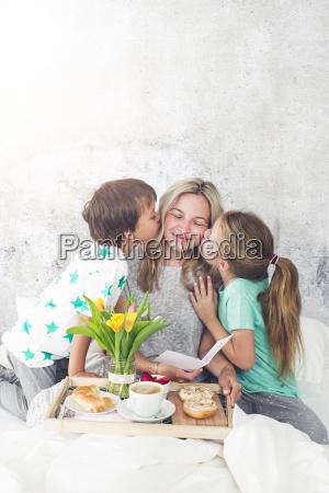 cama mae mamae familia menina meninas