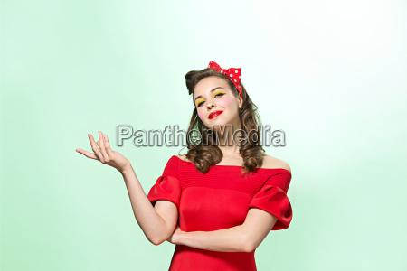 mulher nova bonita com composicao e