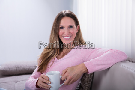 mulher feliz que senta se no