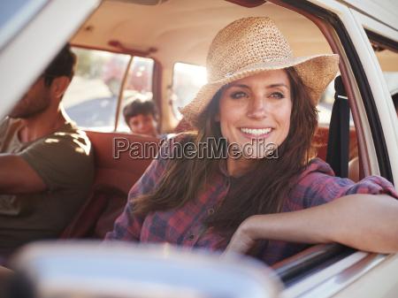 familia que relaxa no carro durante