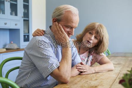 mulher senior que consola o homem