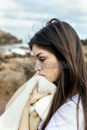 mulher nova triste na praia