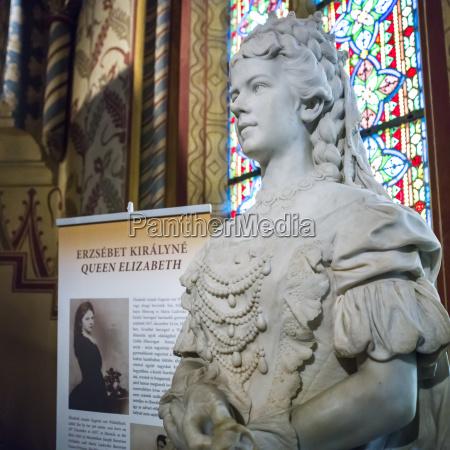 statue of queen elizabeth in matthias