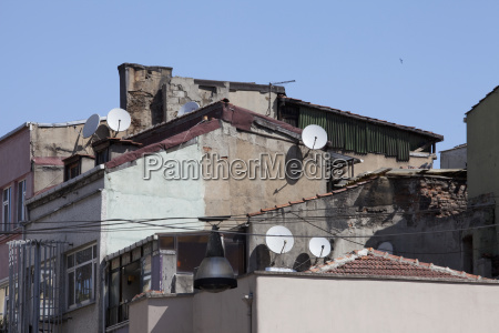 edificios degradados com pratos satelites istambul
