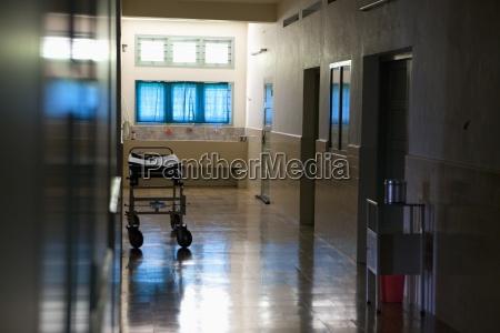 um corredor vazio de um hospital