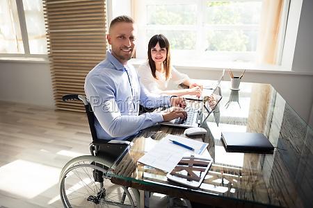 cadeira de rodas caderno computadores computador
