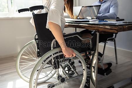 empresaria deficiente sentada em cadeira de
