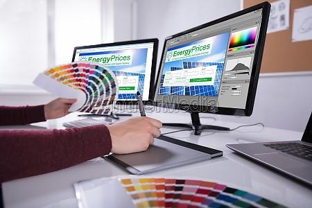 desenhador que trabalha em telas multiplas