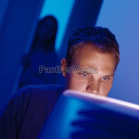 homem que trabalha no computador com