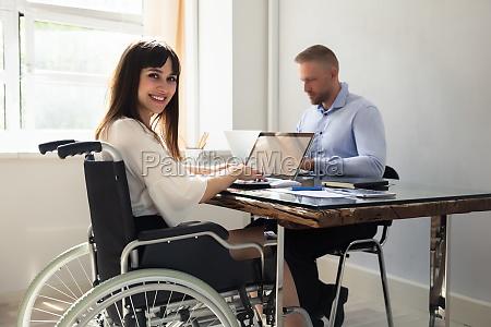 mulher de negocios deficiente feliz que