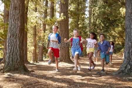 criancas correndo a frente dos pais