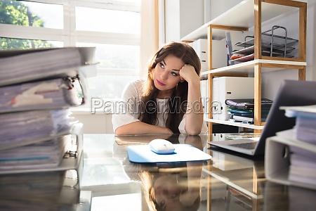escritorio frustrado empresaria mulher de carreira