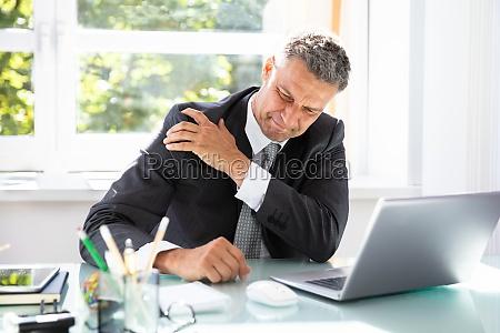 empresario que sofre de dor no