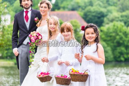 noivas de casamento criancas com cesta